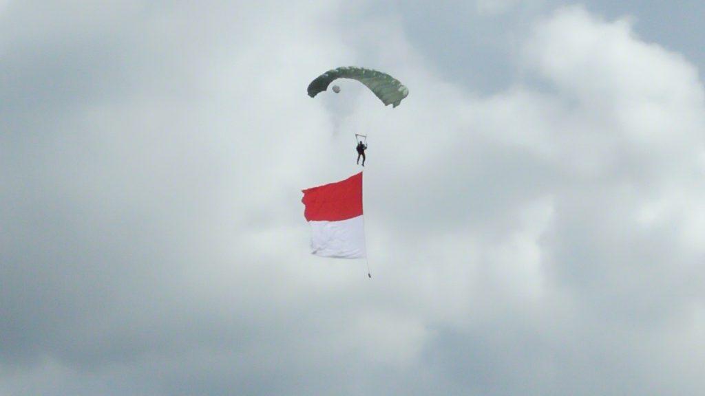 bendera merah-putih berkibar di langit bulaksumur
